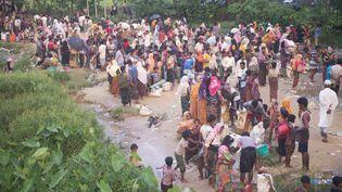 Des Rohingyas tentent de franchir la frontière entre la Birmanie et le Bangladesh, le 7 septembre 2017. (CITIZENSIDE/PARVEZ AHMAD/CITIZENSIDE)
