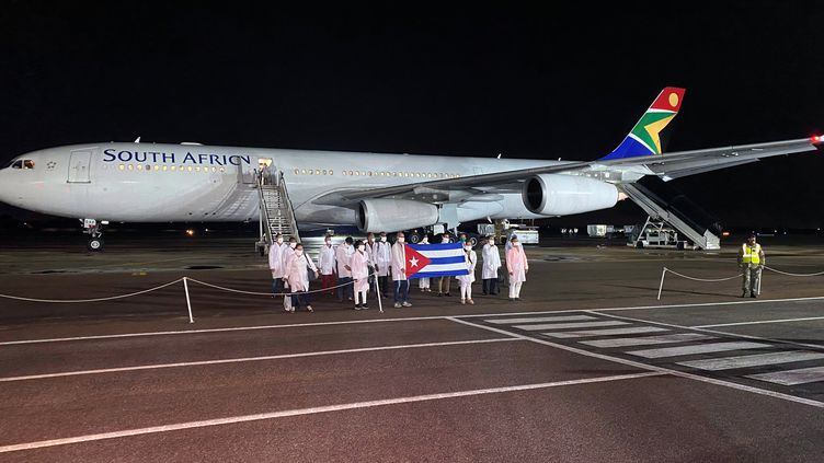 Médecins cubains à leur arrivée à Pretoria,en Afrique du Sud, le 27 avril 2020. (SIYABONGA SISHI / X06119)