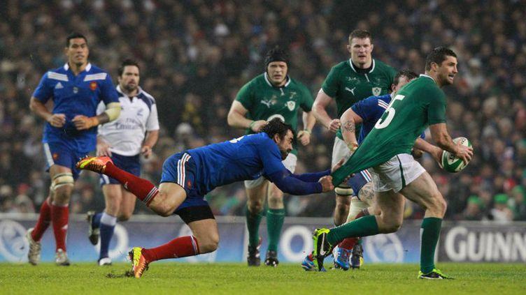 Le Français Yoann Huget et l'Irlandais Rob Kearney, samedi 9 mars 2013, à Dublin, à l'occasion d'un match du Tournoi des six nations. (PETER MUHLY / AFP)