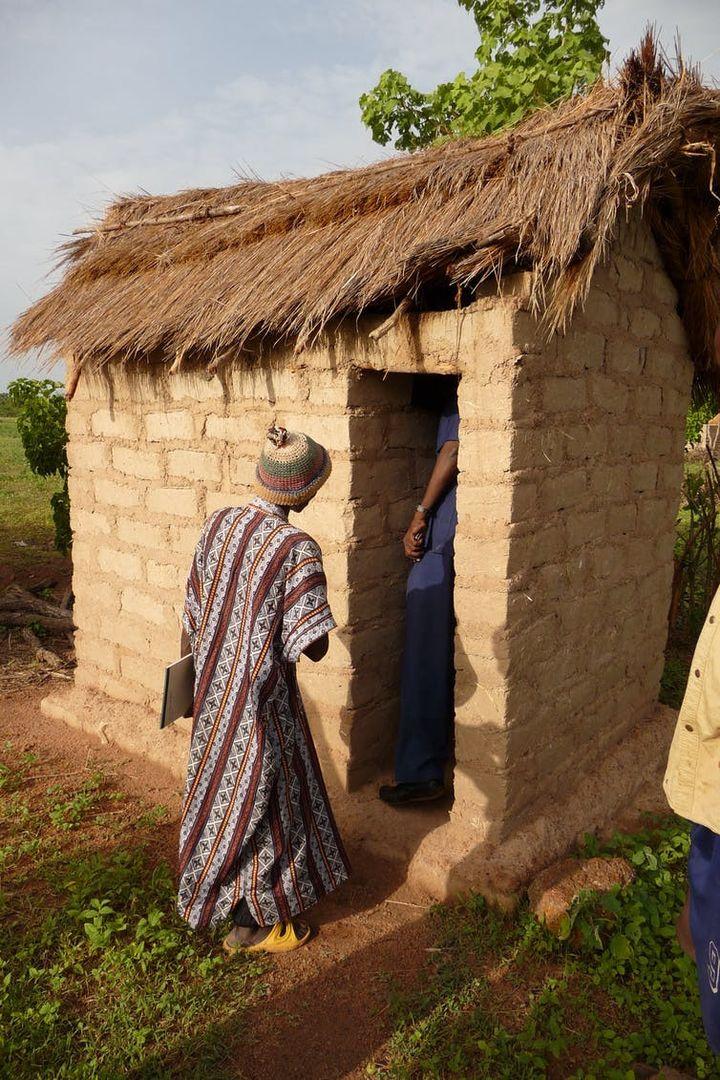 Latrines dans un village de la région de Koulikouro, au Mali, 2012.     (Salia Diallo, WASH Officer Sikasso/Unicef)