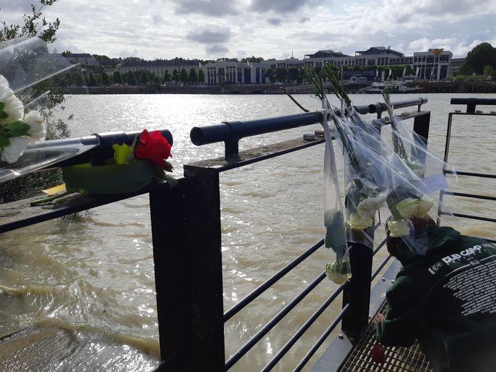 Des roses, là où le corps de Steve a été retrouvé à Nantes le 30 juillet 2019. (SARAH TUCHSCHERER / FRANCEINFO / RADIOFRANCE)