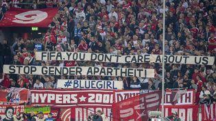"""A Düsseldorf (Allemage), le 13 septembre 2019, des supporters brandissent une banderole pour dénoncer un """"apartheid de genre"""" en Iran et saluer la mémoire deSahar Khodayari, surnommée """"Blue Girl"""". (ANKE WAELISCHMILLER/SVEN SIMON / SVEN SIMON)"""