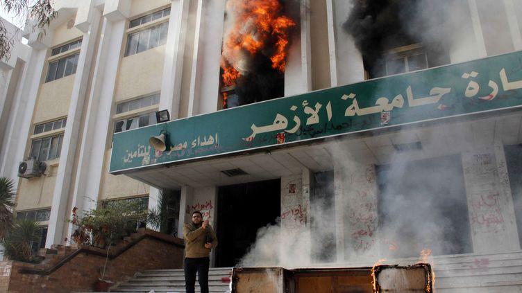 Un des bâtiments de l'université du Caire en feu, le 28 décembre 2013. (KHALED KAMEL / AFP)