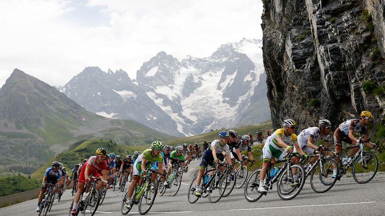 Le peloton du Tour de France dans les Alpes (BAS CZERWINSKI / ANP MAG)