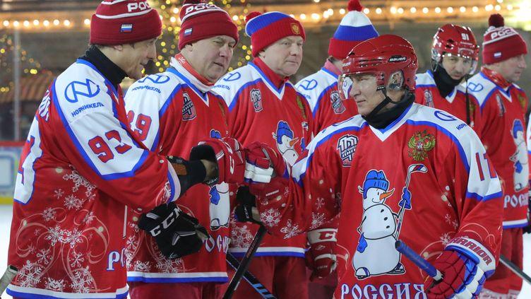 Le président russe Vladimir Poutine participe à un match d'exhibition de la Ligue de Hockey sur une patinoire de la Place Rouge à Moscou, le 25 décembre 2019. (MIKHAIL KLIMENTYEV / SPUTNIK)