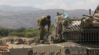 Un soldat israélien positionné à la frontière syrienne le 9 mai 2018. (JALAA MAREY / AFP)