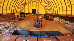Des déchets faiblement radioactifs entreposés dans un centre de stockage à Soulaines-Dhuys (Aube). (OLIVIER LABAN-MATTEI / AFP)