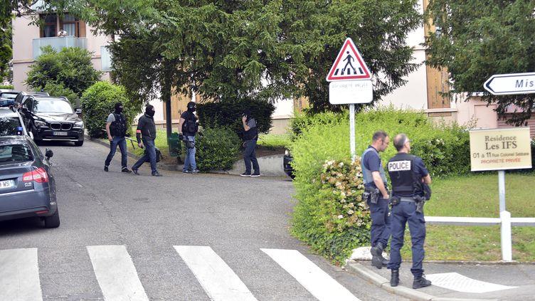 Des policiers procèdent à une perquisition à Oullins, dans la proche banlieue de Lyon, où vit le principal suspect de l'attaqueau colis piégé, lundi 27 mai 2019. (ROMAIN LAFABREGUE / AFP)