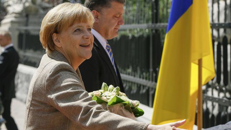 (Angela Merkel a été reçue par le président ukrainien Petro Porochenko à Kiev © REUTERS / Gleb Garanich)