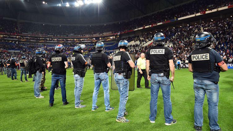 La police sur la pelouse du Parc OL (MUSTAFA YALCIN / ANADOLU AGENCY)