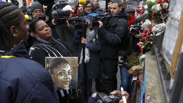 9 janvier 2017 : La mère de la jeune policière municipale, Clarissa Jean-Philippe, durant une cérémonie devant le mémorial à sa fille, àMontrouge. Clarissa Jean-Philippe a étéabattue à Montrouge par Amédy Coulibaly, le 8 janvier 2015. (PATRICK KOVARIK / AFP)
