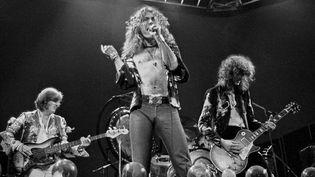 Led Zeppelin sur scène le 24 mai 1975 à Earl's Court (Londres).  (Dick Barnatt / Redferns / Getty Images)