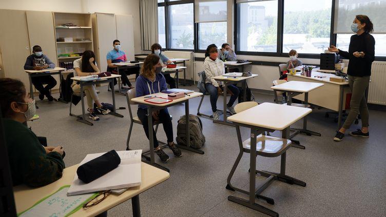 Une classe d'école le 22 juin 2020 lorsque des mesures de distances ont été prises pour éloigner les écoliers. (THOMAS SAMSON / AFP)