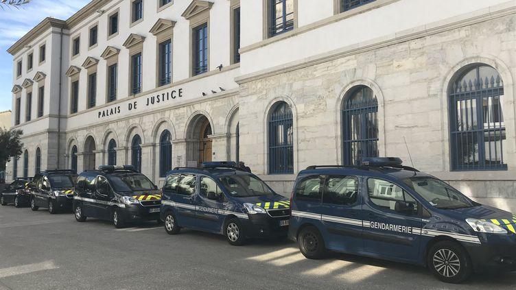 Des voitures de gendarmerie devant le palais de justice de Valence (Drôme) (Photo d'illustration). (FRANCK DAUMAS / FRANCE-BLEU DRÔME-ARDÈCHE)