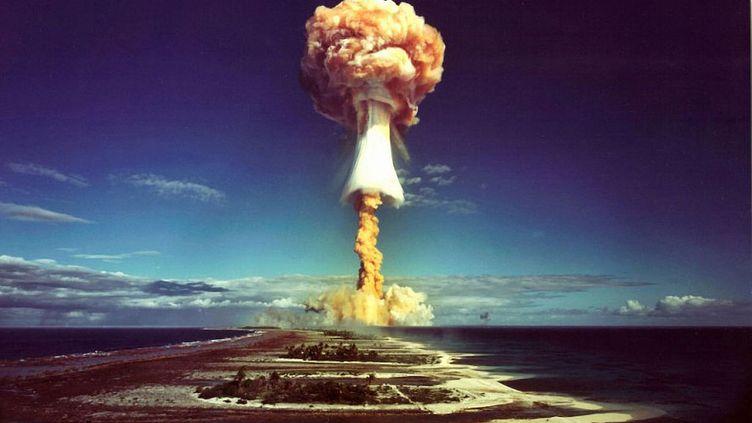 """Le """"champignon"""" nucléaire après l'explosion d'une bombe atomique française au-dessus de l'atoll de Mururoa, en 1971. (GALERIE BILDERWELT / HULTON ARCHIVE / GETTY IMAGES)"""