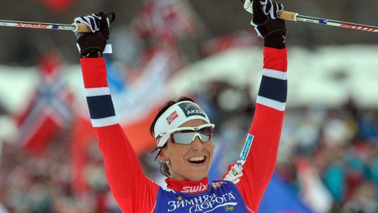 Marit Bjoergen lève encore les bras