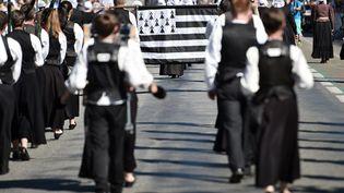 """Ledrapeau breton """"Gwenn-ha-du""""lors de la traditionnelle parade de rue du 46e Festival interceltique de Lorient en 2016. (JEAN-SEBASTIEN EVRARD / AFP)"""