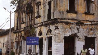 Une rue du centre de Grand Bassam avec ses immeubles en ruine. (SCHALK VAN ZUYDAM/AP/SIPA / AP)