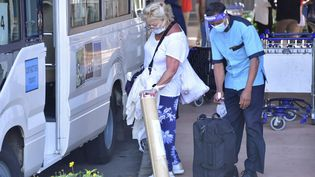 Des touristes à l'aéroport international Sir Seewoosagur Ramgoolam de Port Louis, le 15 juillet 2021. (- / AFP)