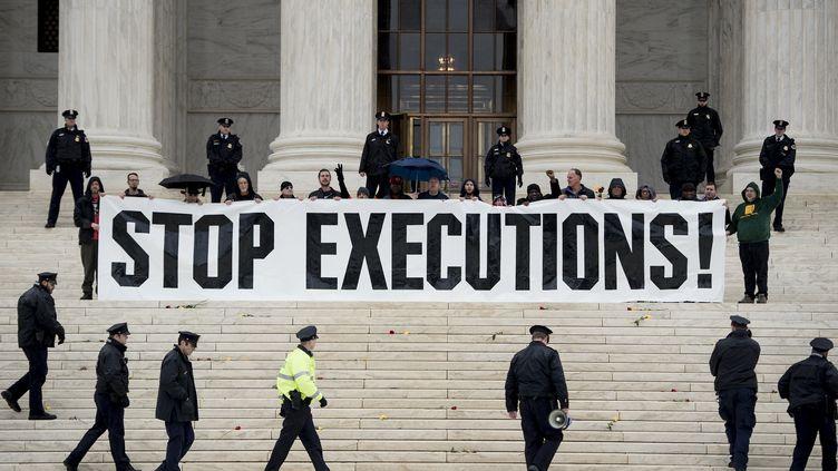Des manifestants anti-peine de mort à Washington D.C. (Etats-Unis), le 17 janvier 2017. (BRENDAN SMIALOWSKI / AFP)