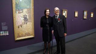 Le collectionneur d'art Spencer Hays et sa femme Marlene au musée d'Orsay, à Paris, en avril 2013. (FRANCOIS GUILLOT / AFP)