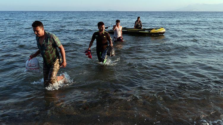 Un groupe de migrants originaires de Birmanie débarquent sur les côtes de l'île grecque de Kos, le 18 août 2015. (LOUISA GOULIAMAKI / AFP)