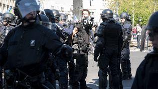 Le journaliste indépendant Gaspard Glanz lors de son arrestation, le 20 avril 2019, à Paris. (SAMUEL BOIVIN / NURPHOTO / AFP)