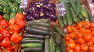 Un rayon fruits et légumes de supermarché (illustration). (ANTOINE KREMPF / RADIOFRANCE)