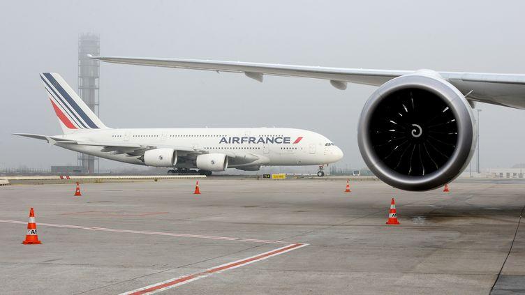 Un avion d'Air France à Roissy, le 2 décembre 2019. (ERIC PIERMONT / AFP)