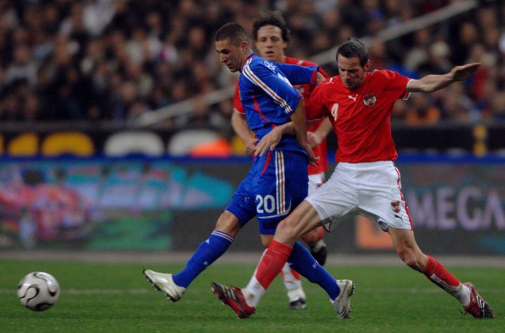 Le défenseur autrichien Martin Hidenrivalise avec l'attaquant français Karim Benzema lors du match de football amical contre l'Autriche, le 28 mars 2007 au Stade de France. (MARTIN BUREAU / AFP)