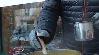 Chaque samedi matin, en hiver, dans un village situé à une cinquantaine de kilomètres de Limoges (Haute-Vienne), un habitant distribue gratuitement sa soupe maison. (CAPTURE D'ÉCRAN FRANCE 3)