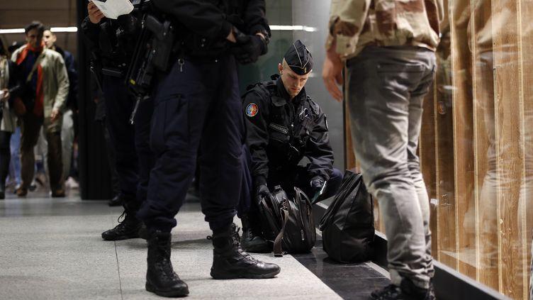 Contrôle de police dans une station de métro à Paris le 19 novembre 2015. (THOMAS SAMSON / AFP)