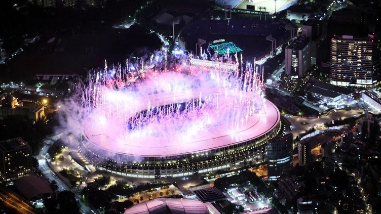 Le Stade olympique national de Tokyo lors du feu d'artifice de la cérémonie d'ouverture, vendredi 23 juillet 2021. (RYOHEI MORIYA / YOMIURI / AFP)