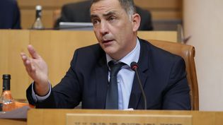 Le présidentde l'Exécutif de Corse, Gilles Simeoni, le 28 novembre, devant l'Assemblée de Corse à Ajaccio. (PASCAL POCHARD-CASABIANCA / AFP)