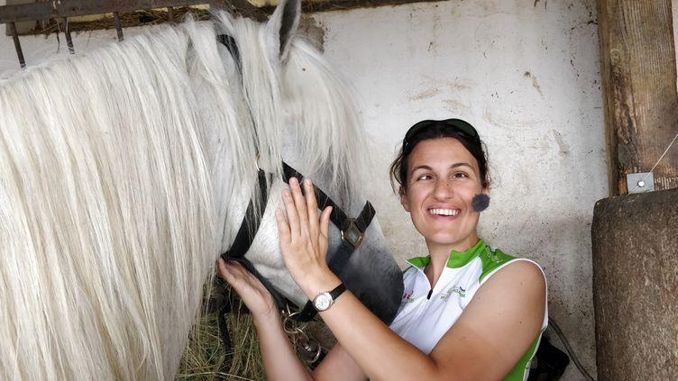 Laetitia Bernard, journaliste à Radio France, lors d'une étape du Tour de France 2019, en tandem, a visité une écurie au col du Tourmalet (Hautes-Pyrénées), le 5 juillet 2019. (NICOLAS MATHIAS / FRANCE-INFO)