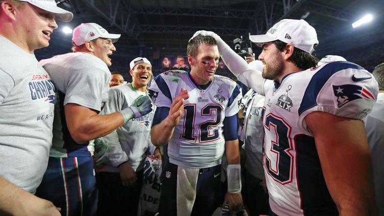 Nate Ebner (à droite) félicite son quaterback Tom Brady (ELSA / GETTY IMAGES NORTH AMERICA)