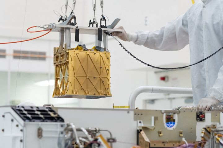 "Installation du""Mars Oxygen In-Situ Resource Utilization Experiment"" (Moxie)dans le robot Perseverance, en mars 2019. (RYAN LANNOM / NASA/JPL-CALTECH / AFP)"