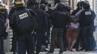 Des membres des forces de l'ordrelors de l'intervention antiterroriste à Saint-Denis (Seine-Saint-Denis), le 18 novembre 2015. (CHRISTOPHE ENA / AP / SIPA)