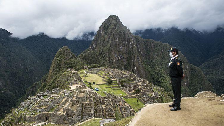 Un policier sur le site du Machu Picchu, à Cusco, Pérou, le 1er novembre 2020 lors de la réouverture du site aux touristes (ERNESTO BENAVIDES / AFP)