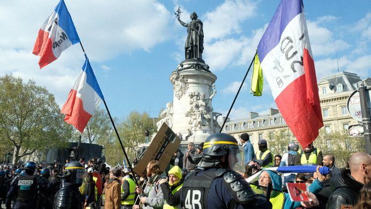 """Les """"gilets jaunes"""", place de la République à Paris, le 13 avril 2019. (NATHANAEL CHARBONNIER / FRANCE-INFO)"""