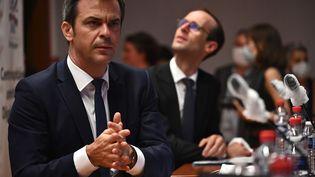 """Le ministre de la Santé, Olivier Véran, lors d'une table ronde organisée au centre universitaire hospitalier de Dijon, dans le cadre du """"Ségur de la santé"""", le 29 mai 2020.   (JEFF PACHOUD / AFP)"""