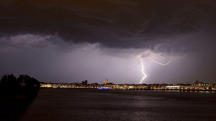 La foudre frappe la ville de Bordeaux, lors d'un orage le 18 juin 2019. (NICOLAS TUCAT / AFP)