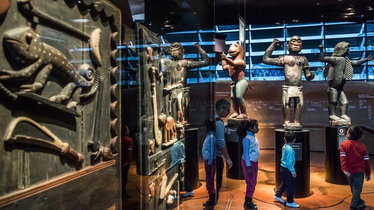 Portes de palais et statues du XVIIIe siècle du royaume du Dahomey, au musée du Quai Branly à Paris (23 novembre 2018)  (Christophe Petit Tesson / EPA / Newscom / MaxPPP)