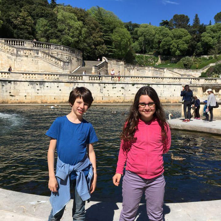 Paul et Mathilde dans le Jardin des Fontaines, à Nîmes. (INGRID POHU / RADIO FRANCE)