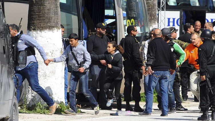 Des visiteurs sont évacués par les forces de l'ordre lors de l'attaque du musée du Bardo, à Tunis (Tunisie), le 18 mars 2015. (HASSENE DRIDI / AP / SIPA)