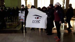 Des femmes de l'asscociationFemmes des forces de l'ordre en colère (FFOC) réunies place du Trocadéro pour dénoncer les agressions de fonctionnaires de police. (FARIDA NOUAR / RADIO FRANCE)