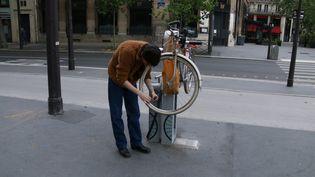 Un homme gonfle ses pneus de vélo dans Paris, le 29 avril 2020. (QUENTIN DE GROEVE / HANS LUCAS / AFP)