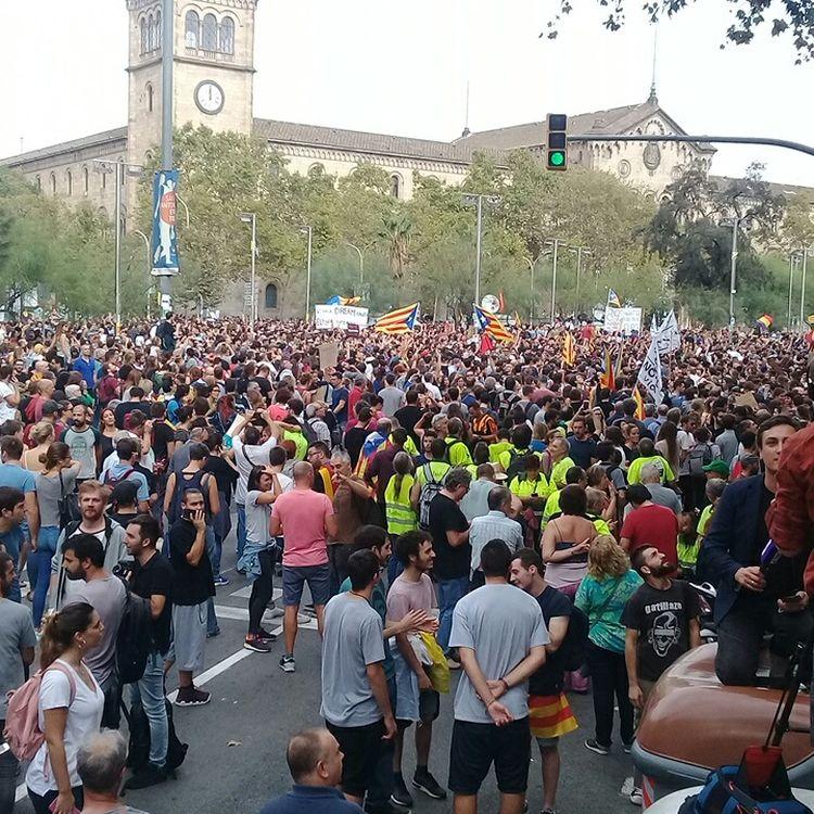 La foule rassemblée place de l'Université, à Barcelone (Espagne), le 3 occtobre 2017, à l'occasion de la journée degrève générale. (RAPHAEL GODET / FRANCEINFO)