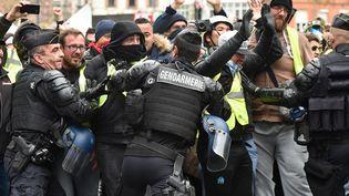 """Des gendarmes tentent de contenir des """"gilets jaunes"""" à Toulouse ( Haute-Garonne), où des heurts ont éclaté. (REMY GABALDA / AFP)"""