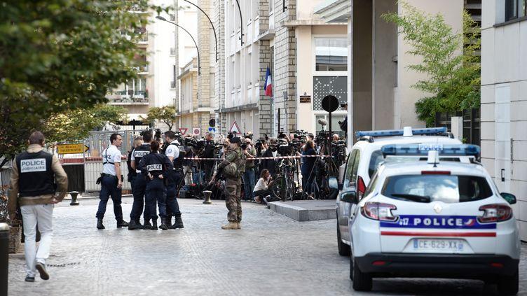 Policiers, militaires et journalistes, sur le lieu où un véhicule a renversé six militaires de l'opération Sentinelle, mercredi 9 août à Levallois-Perret (Hauts-de-Seine). (STEPHANE DE SAKUTIN / AFP)